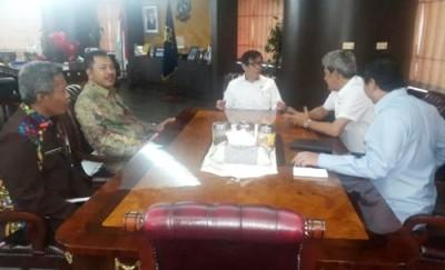 Walikota Bima bertemu dengan Menkum-HAM Yasona Laoly. Foto: Hum