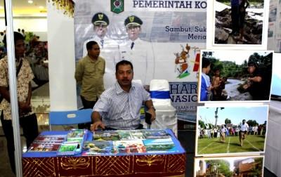 Walikota Bima saat kunjungi stand Pemkot Bima di pameran HPN. Foto: Bin