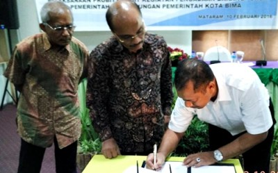 Walikota Bima saat menandatangani MoU dengan BPKP NTB. Foto: Hum
