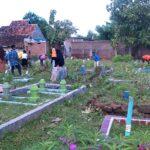 Warga Sarae dan IMM Bima Gotong Royong Bersihkan Kuburan