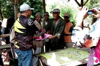 Wawali Bima saat menyerahkan bantuan kepada warga. Foto: Hum