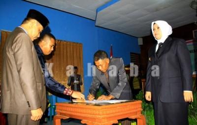 Proses penandatanganan serah terima jabatan Bupati Bima. Foto: Bin