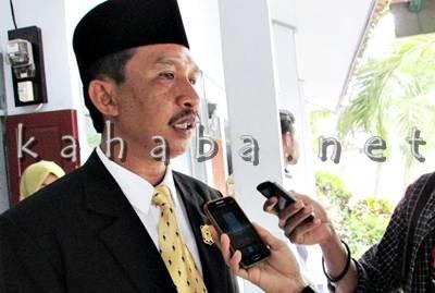 Anggota DPRD Kabupaten Bima, Azhar saat diwawancarai. Foto: Ady
