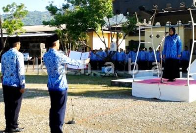Bupati Bima Hj. Indah Damayanti Putri saat memimpin apel gabungan. Foto: Noval