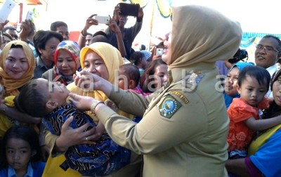 Bupati Bima saat meneteskan vaksin Polio kepada Balita. Foto: Noval