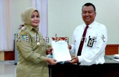Bupati Bima dan perwakilan pegawai pajak saat melaporkan wajib pajak. Foto: Noval