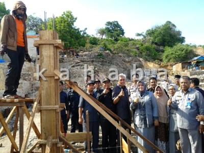 Bupati dan Wakil Bupati Bima mengunjungi pembangunan rumah di Bajo Pulau. Foto: Noval