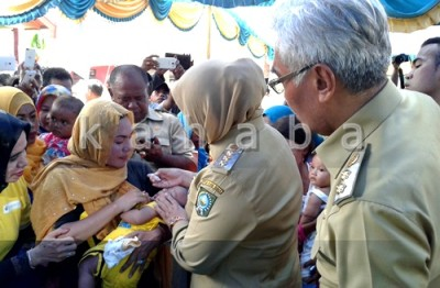 Bupati dan Wakil Bupati saat meneteskan vaksin Polio. Foto: Noval