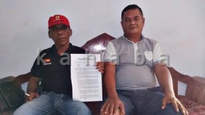 Direktur CV. Aminullah M. Amin Camaru dan Suharmin menunjukan surat pernyataan. Foto: Bin