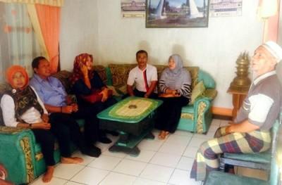 Direktur Kampus IPDN NTB saat mengunjungi rumah warga Kumbe yang akan ditempati Praja. Foto: Hum