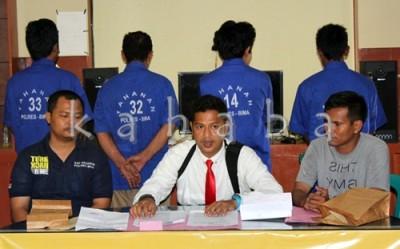 Empat pelaku Illegal Logging yang sudah diamankan. Foto: Deno