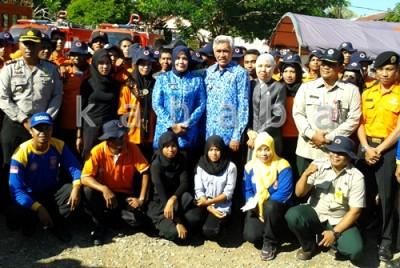 Foto bersama Bupati dan wakil Bupati Bima dengan Damkar, BPBD usai simulasi. Foto: Noval