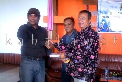 H. Sutarman menyerahkan bantuan buku. Foto: Eric