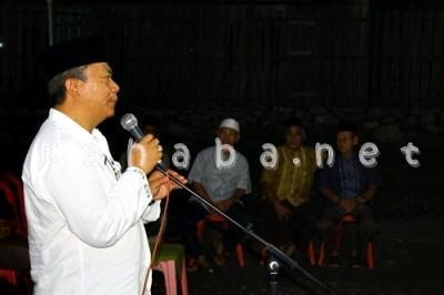 H. Sutarman saat berbicara dihadapan warga Santi. Foto: Bin