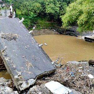 Banjir di Sampungu, Dua Jembatan Ambruk