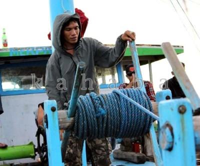 Juslin kini menjadi buruh di Kapal Bagang orang lain. Foto: Deno