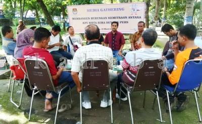 KPU Kota Bima melaksanakan Media Ghatering. Foto: Bin