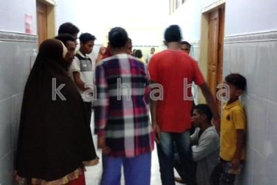 Keluarga Korban pembacokan menunggu di depan IGD RSUD Bima. Foto: Noval
