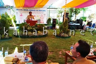 Kepala BKP2 Kota Bima saat memberikan sambuatn pada acara lomba Cipta Menu B2SA. Foto: Bin