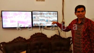Kepala SMAN 4 Kota Bima, Muhtar saat menunjukan monitor kontrol CCTV