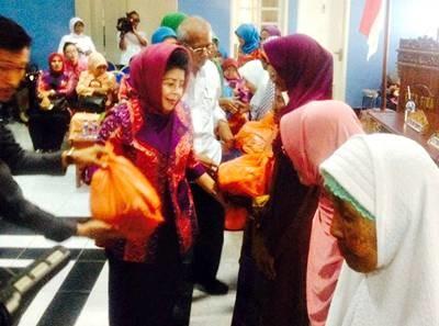 Ketua BKOW NTB menyerahkan bantuan Sembako. Foto: Hum