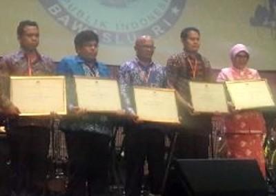 Ketua Panwaslu Bima Abdullah (Paling Kiri) bersama penyelenggara lain saat menerima penghargaan.