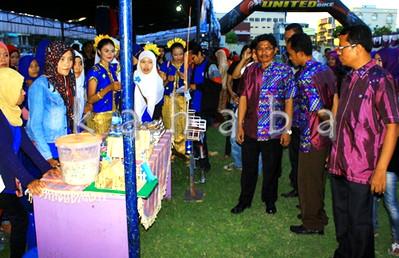 Ketua STIE Bima dan jajarannya memantau produk mahasiswa. Foto: Bin