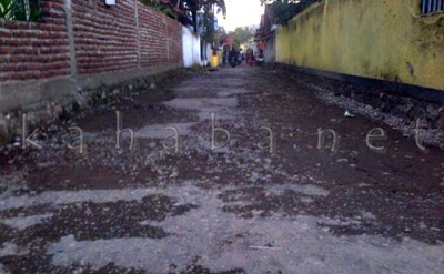 Kondisi jalan Gang di Kelurahan yang rusak dan berlubang. Foto: Bin