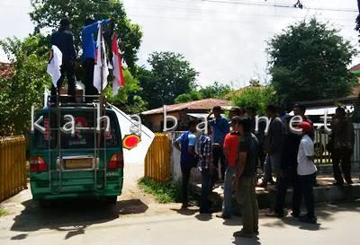 LP2R saat aksi di depan Kantor BPMDes Kabupaten Bima. Foto: Bin