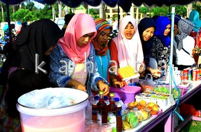 Mahasiswa STIE Bima memasarkan produk. Foto: Bin