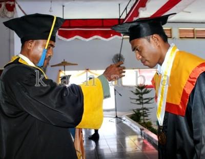 Mahasiswa STKIP Bima saat Diwisuda. Foto: Eric