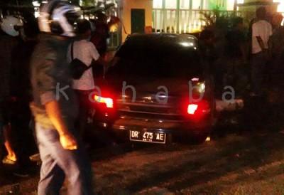 Mobil Sedan tabrak kantor Walikota Bima. Foto: Bin