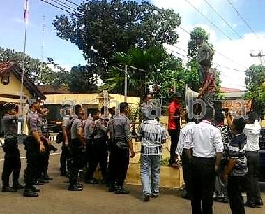 PPAK saat menggelar aksi di depan Kantor Polres Bima Kota. Foto: Deno