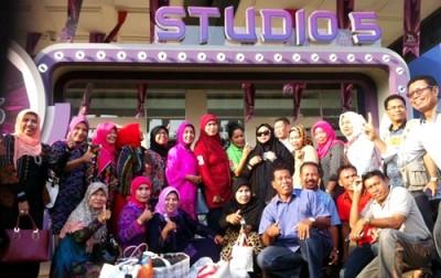 Pejabat Kota Bima saat berpose di depan Studio 5 Indosiar.
