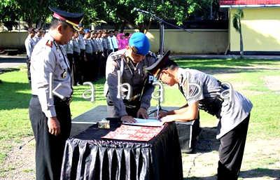 Penandatanganan dokumen Sertijab kasat narkoba Polres Bima. Foto: Deno