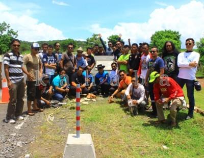 Personil Road Runner MC foto bersama di depan Monumen Dedy Hidayat. Foto: Deno