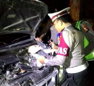 Polisi saat memeriksa Mobil Bodong.