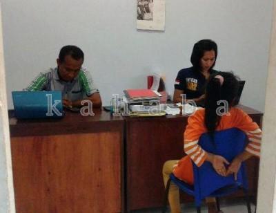 Putri Rangga Babuju saat memberikan keterangan di Unit PPA Sat Reskrim Polres Bima Kota. Foto: Ady
