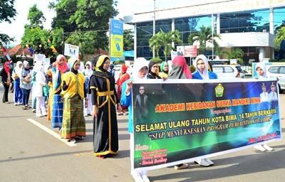 SMKN dan Akbid Surya Mandiri saat ikut Pawai HUT Kota Bima.