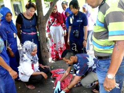Siti Rahma (Duduk Keruduk Hitam Putih) saat melihat bayi. Foto: Deno