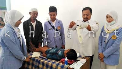 Sunatan Massal yang digelar Mahasiswa Poltekes Mataram. Foto: Bin