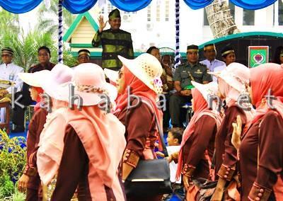 Walikota Bima melambaikan tangan kepada peserta Pawai HUT Kota Bima ke 14. Foto: Bin