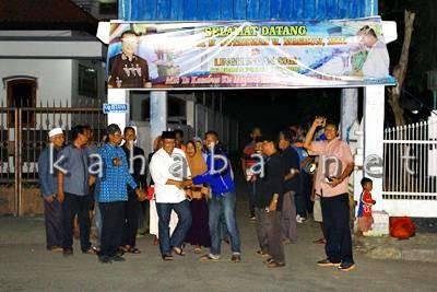 Warga Kampung Sigi menyambut kedatangan H. Sutarman. Foto: Bin