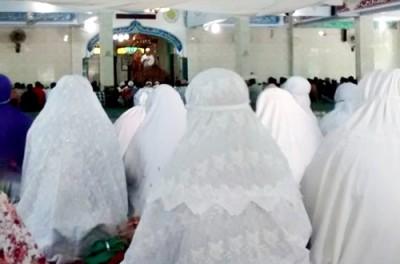 Warga kota Bima sholat Gerhana Matahari di Masjid Baitul Hamid Penaraga. Foto: Hum