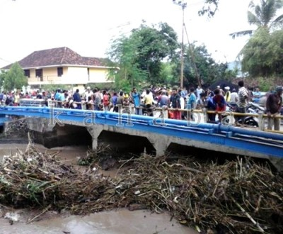 Warga saat memantau kemungkinan korban terseret di DAM Rabasalo Penatoi. Foto: Ady