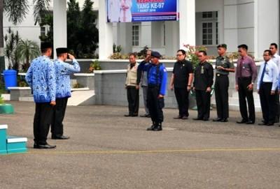 Wawali memberi hormat saat upacara HUT Damkar. Foto: Hum