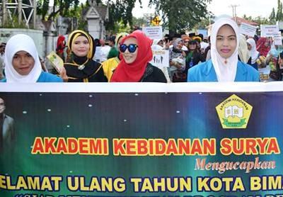 SMKN dan Akbid Surya Mandiri saat ikut Pawai HUT Kota Bima