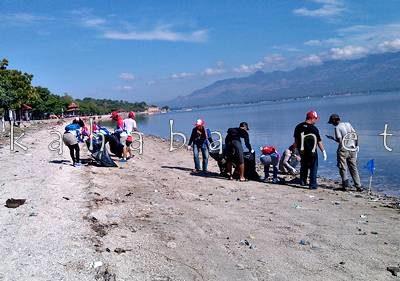 BJJ dan sejumlah Komunitas di Bima membersihkan Pantai Kalaki. Foto: Eric