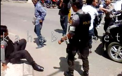 Bentrok massa aksi dengan Polisi. Foto: Deno