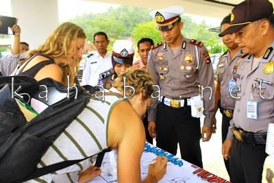 Bule saat tandatangan Stop narkoba. Foto: Deno